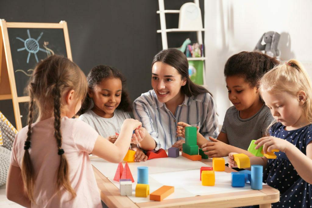 Enfants jouent avec éducateur